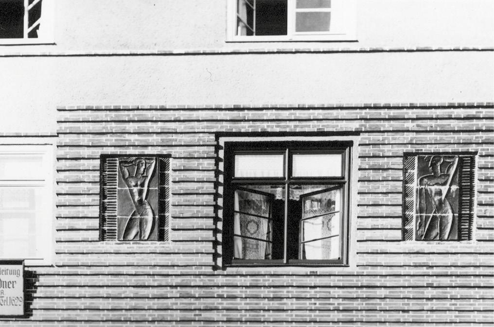 Fassadenreliefs Wohnhausreihe